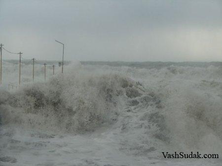 Шторм в Судаке. Фото