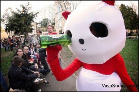 Игрушка пьет пиво... жуткое зрелище...